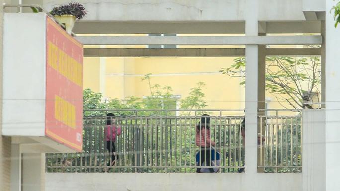 CLIP: Tiếp tế lương thực thực phẩm cho phụ huynh, học sinh tại khu cách ly trường học - Ảnh 13.