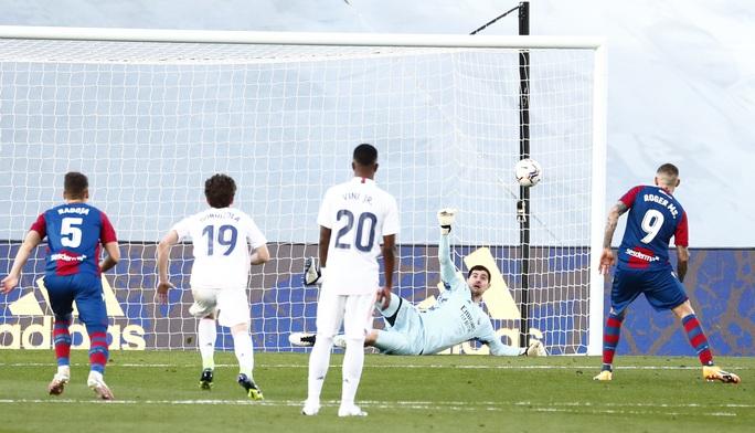 Thẻ đỏ nghiệt ngã, Real Madrid bị Levante quật ngã trên sân nhà - Ảnh 6.