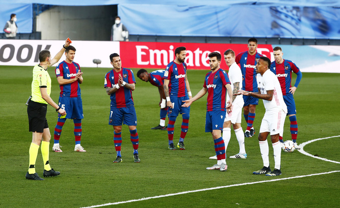 Thẻ đỏ nghiệt ngã, Real Madrid bị Levante quật ngã trên sân nhà - Ảnh 3.