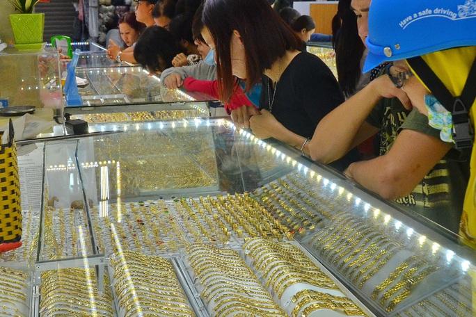 Giá vàng hôm nay 31-1: Vàng SJC giảm mạnh cuối tuần, vẫn quá cao so với thế giới - Ảnh 1.