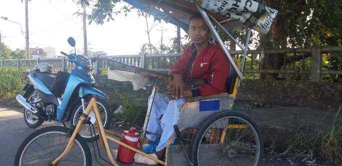 CLIP: Người đàn ông ngồi xe lăn bán vé số đang hoại tử đôi chân - Ảnh 2.