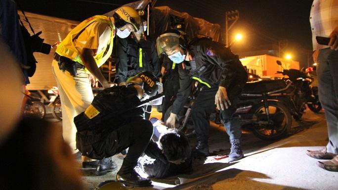 CLIP: CSGT yêu cầu đưa người bị nạn đi cấp cứu, nhiều tài xế ôtô làm ngơ - Ảnh 2.