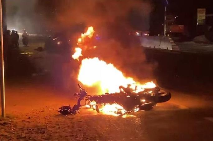Xe máy bốc cháy, nạn nhân lìa chân sau tai nạn với ôtô - Ảnh 2.