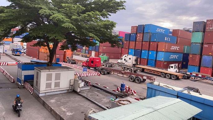 Khổ vì container tồn đọng ở cảng - Ảnh 1.