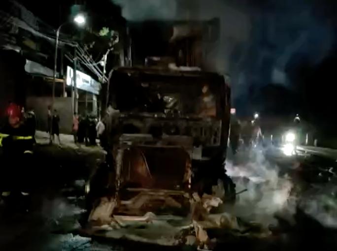 CLIP: Xe container bốc cháy lúc nửa đêm, tài xế bung cửa thoát thân - Ảnh 1.