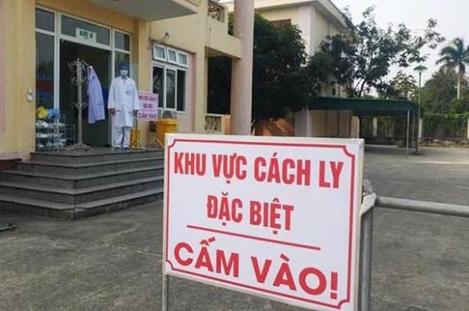 Phó Giám đốc ký giấy cho du học sinh nhiễm SARS-CoV-2 rời khu cách ly bị đình chỉ công tác - Ảnh 1.