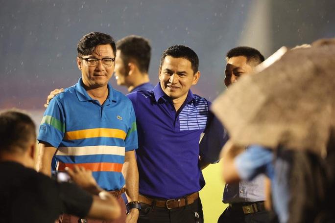 CLIP: Sức khỏe còn yếu, HLV Lê Huỳnh Đức vẫn đội mưa xuống sân chào HLV Kiatisuk - Ảnh 2.