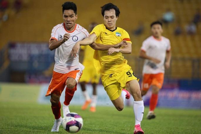 CLIP: Sức khỏe còn yếu, HLV Lê Huỳnh Đức vẫn đội mưa xuống sân chào HLV Kiatisuk - Ảnh 3.