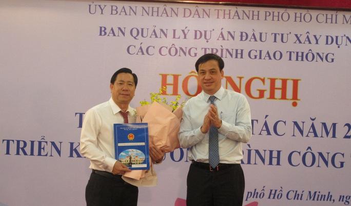 Phó chủ tịch UBND TP HCM Lê Hòa Bình trao quyết định cho ông Lê Ngọc Hùng - Ảnh 1.