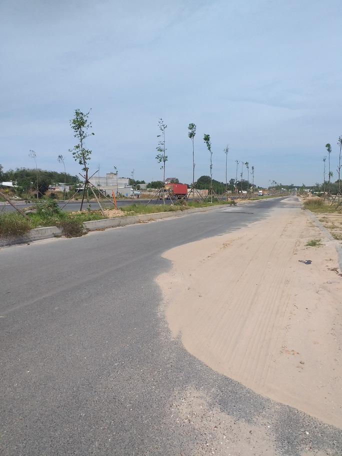 Những đụn cát trên đường - Ảnh 1.