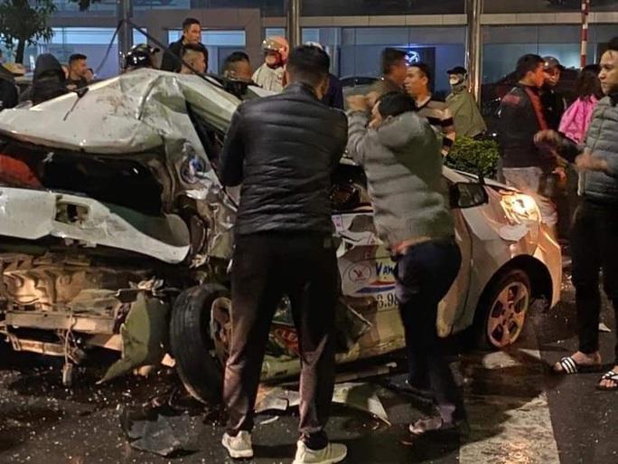 Xe bán tải tông nát taxi, tài xế và cô gái trẻ nguy kịch - Ảnh 2.