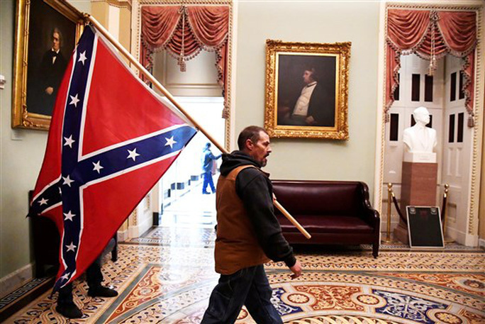 Loạt ảnh người biểu tình xông vào quốc hội Mỹ - Ảnh 12.