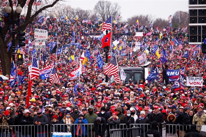 Loạt ảnh người biểu tình xông vào quốc hội Mỹ - Ảnh 1.