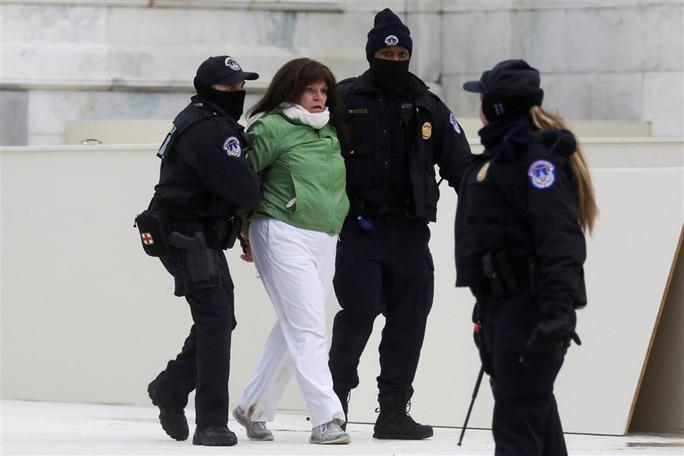 Loạt ảnh người biểu tình xông vào quốc hội Mỹ - Ảnh 6.