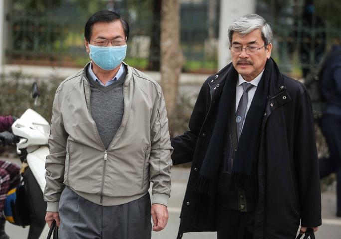 CLIP: Ông Vũ Huy Hoàng đến tòa bằng xe riêng - Ảnh 2.