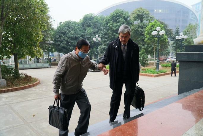 CLIP: Ông Vũ Huy Hoàng đến tòa bằng xe riêng - Ảnh 3.