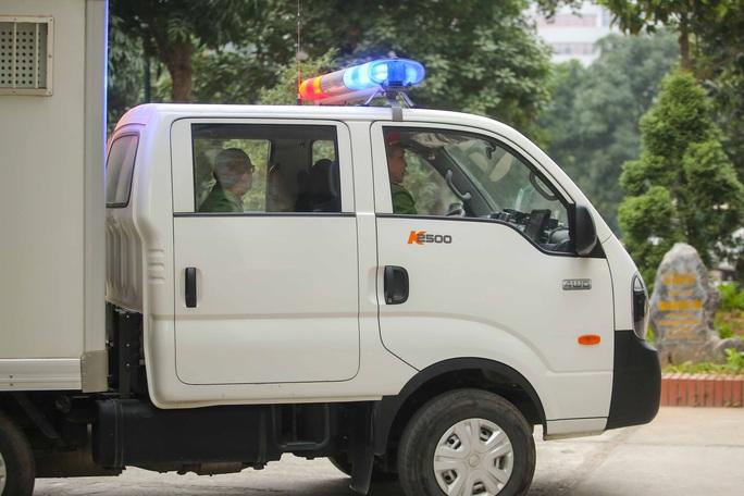 CLIP: Ông Vũ Huy Hoàng đến tòa bằng xe riêng - Ảnh 4.