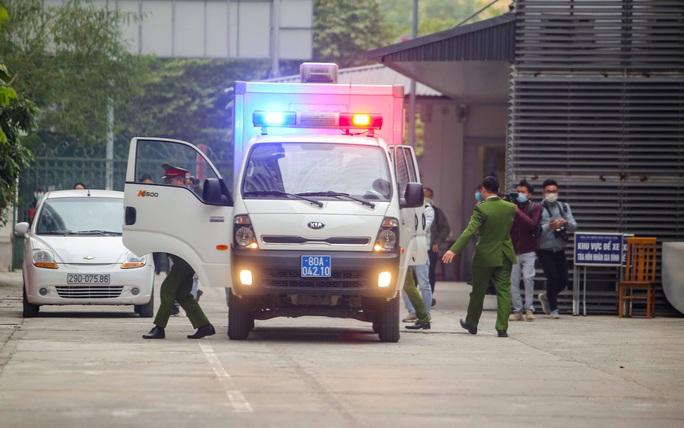 CLIP: Ông Vũ Huy Hoàng đến tòa bằng xe riêng - Ảnh 5.