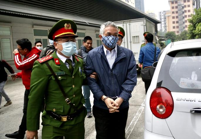 CLIP: Ông Vũ Huy Hoàng đến tòa bằng xe riêng - Ảnh 6.
