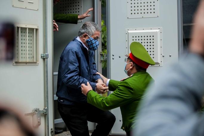 CLIP: Ông Vũ Huy Hoàng đến tòa bằng xe riêng - Ảnh 7.