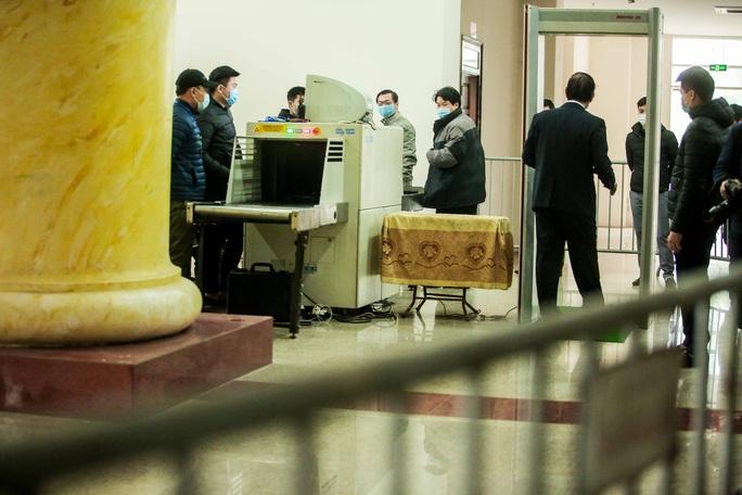 CLIP: Ông Vũ Huy Hoàng đến tòa bằng xe riêng - Ảnh 8.