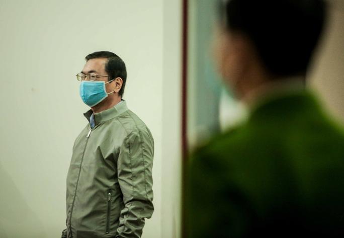 CLIP: Ông Vũ Huy Hoàng đến tòa bằng xe riêng - Ảnh 9.