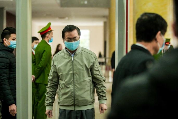 CLIP: Ông Vũ Huy Hoàng đến tòa bằng xe riêng - Ảnh 10.