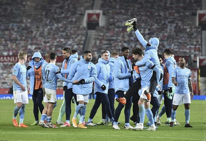 Lập cú đúp ở Old Trafford, Man City đoạt vé chung kết League Cup - Ảnh 8.
