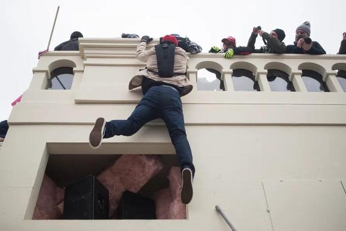 Làm sao những kẻ bạo loạn xông được vào quốc hội Mỹ? - Ảnh 2.