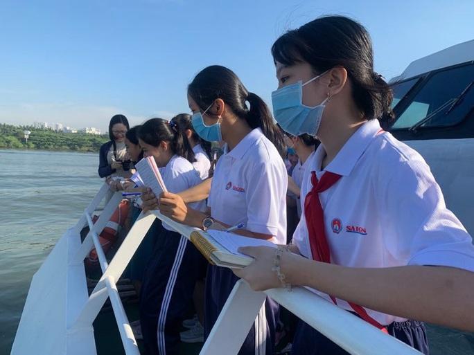 Học sinh TP HCM thi Văn hay chữ tốt trên… sông Sài Gòn - Ảnh 3.