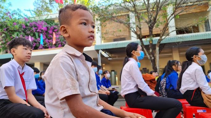 Trao tặng 2.500 lá cờ Tổ quốc tại 2 tỉnh Bình Thuận và Bình Phước - Ảnh 11.