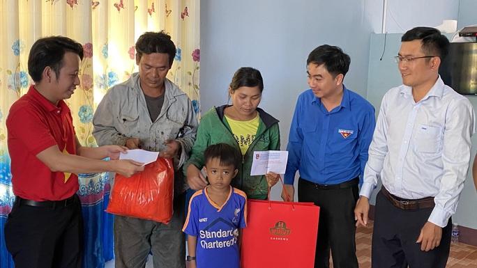 Trao tặng 2.500 lá cờ Tổ quốc tại 2 tỉnh Bình Thuận và Bình Phước - Ảnh 12.