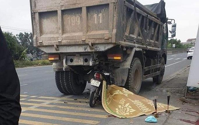 Đi xe máy kẹp 3 tông vào sau xe tải đỗ bên đường, 3 thanh niên thương vong - Ảnh 1.
