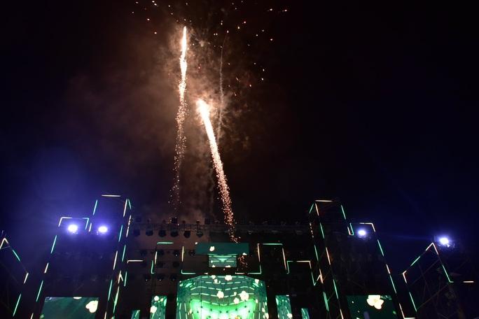 Không được phép vẫn liều bắn pháo hoa tại sự kiện đón chào năm mới - Ảnh 1.