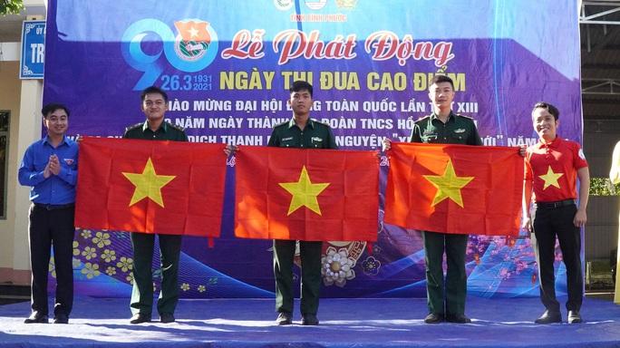 Trao tặng 2.500 lá cờ Tổ quốc tại 2 tỉnh Bình Thuận và Bình Phước - Ảnh 9.