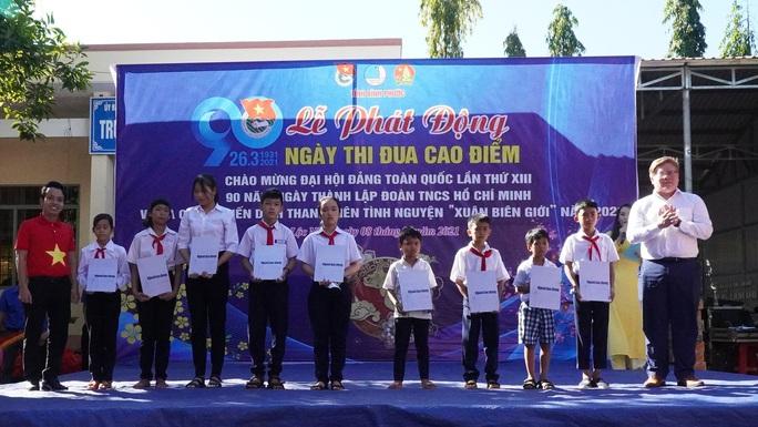 Trao tặng 2.500 lá cờ Tổ quốc tại 2 tỉnh Bình Thuận và Bình Phước - Ảnh 10.