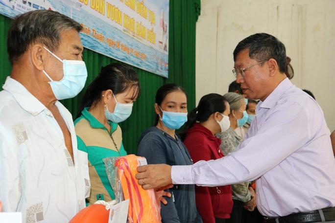 Trao tặng 2.500 lá cờ Tổ quốc tại 2 tỉnh Bình Thuận và Bình Phước - Ảnh 3.