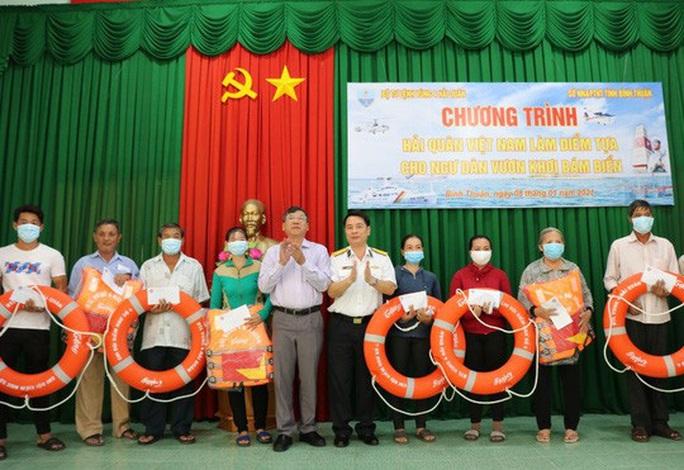 Trao tặng 2.500 lá cờ Tổ quốc tại 2 tỉnh Bình Thuận và Bình Phước - Ảnh 4.