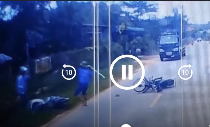 Phẫn nộ với clip bị hành hung sau va chạm giao thông ở Bình Phước - Ảnh 1.