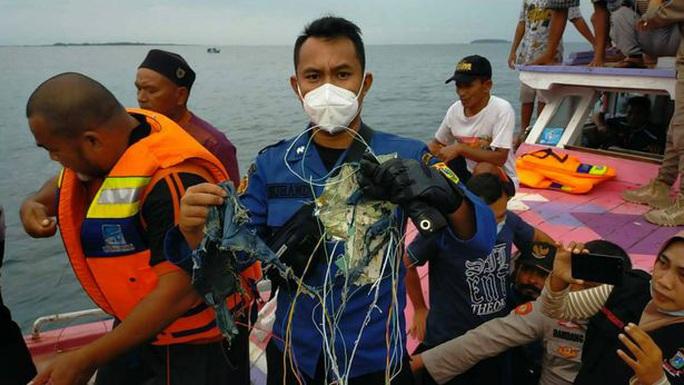 NÓNG: Máy bay Boeing 737-500 của hãng hàng không Indonesia rơi xuống biển? - Ảnh 3.