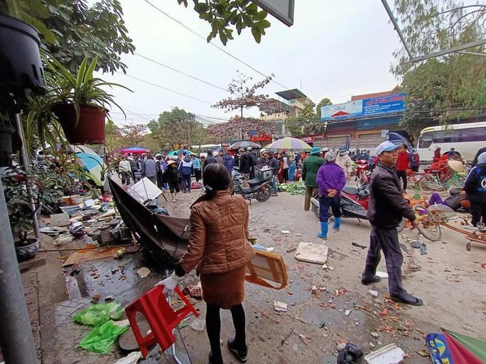 Ôtô điên lao thẳng vào chợ cóc đông người, ít nhất 5 người nhập viện - Ảnh 2.