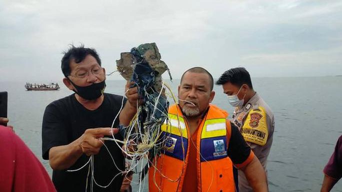 NÓNG: Máy bay Boeing 737-500 của hãng hàng không Indonesia rơi xuống biển? - Ảnh 4.