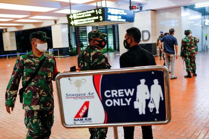 NÓNG: Máy bay Boeing 737-500 của hãng hàng không Indonesia rơi xuống biển? - Ảnh 6.
