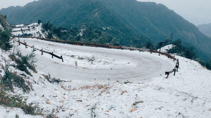 Tuyết phủ trắng khi đỉnh Mẫu Sơn -3,4 độ C, hàng loạt địa phương phải cho học sinh nghỉ học - Ảnh 1.