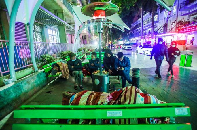 CLIP: Ấm lòng những cây máy sưởi trong Bệnh viện Bạch Mai ngày lạnh giá - Ảnh 2.