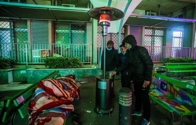 CLIP: Ấm lòng những cây máy sưởi trong Bệnh viện Bạch Mai ngày lạnh giá - Ảnh 16.
