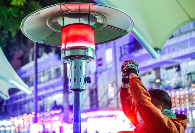 CLIP: Ấm lòng những cây máy sưởi trong Bệnh viện Bạch Mai ngày lạnh giá - Ảnh 4.