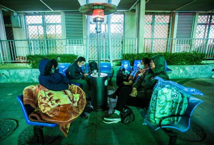CLIP: Ấm lòng những cây máy sưởi trong Bệnh viện Bạch Mai ngày lạnh giá - Ảnh 5.