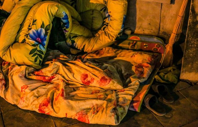 CLIP: Mưu sinh trong đêm rét buốt thấu xương - Ảnh 7.