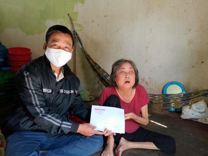 Trao 5 triệu đồng cho cụ bà chống gậy ra Phú Quốc tìm con - Ảnh 1.